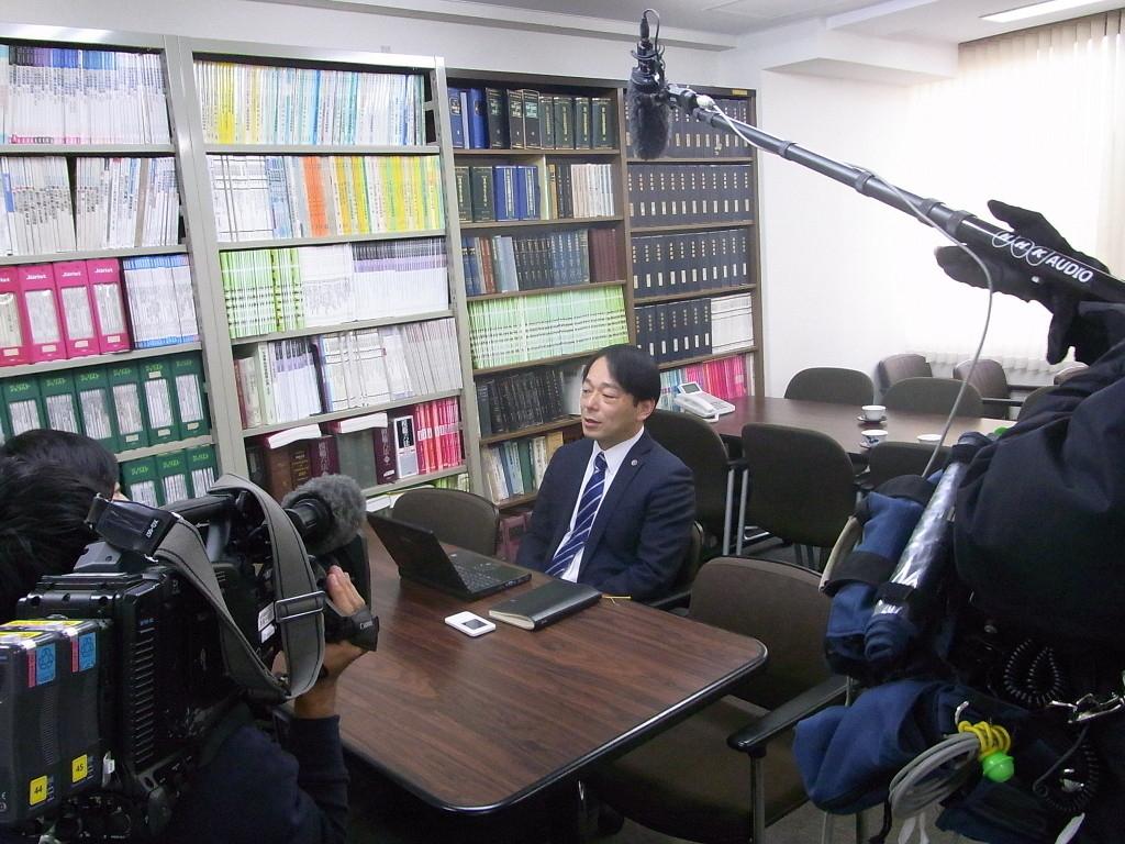 NHKの取材を受ける馬奈木弁護士