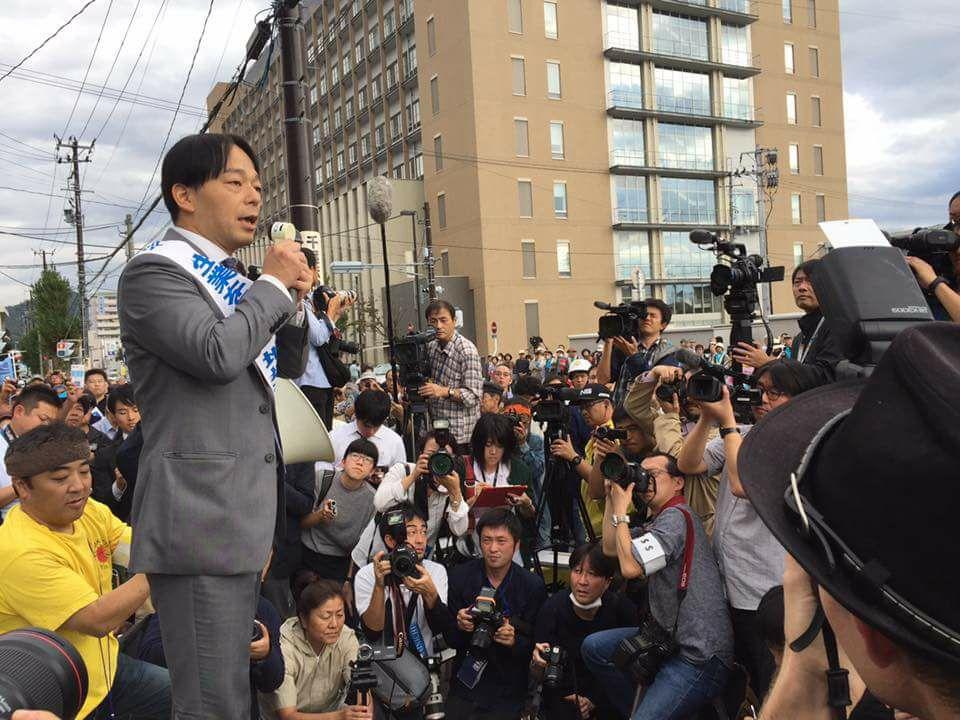 福島地裁前で判決内容を報告する馬奈木弁護士